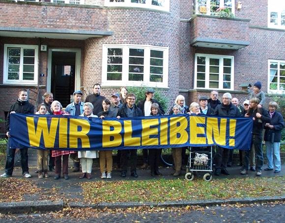 Mieter der Initiative Rettet-Elisa protestieren gegen den Abriss ihrer Wohnungen