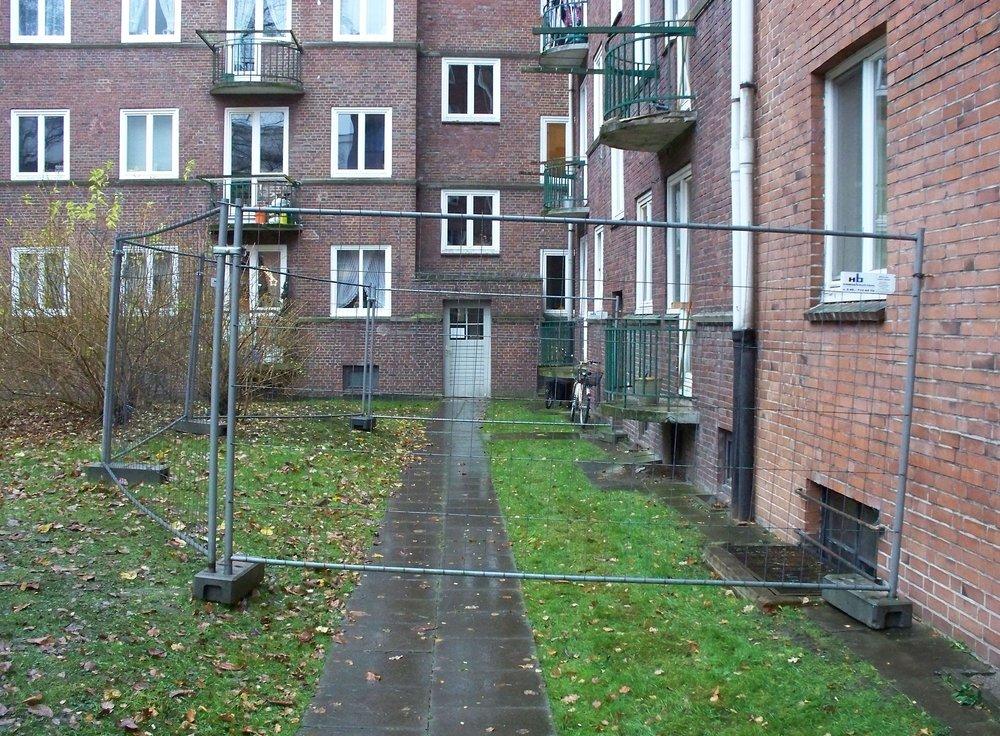 Bauzaun unter fragwürdigen Umständen im Hinterhof von Elisa errichtet